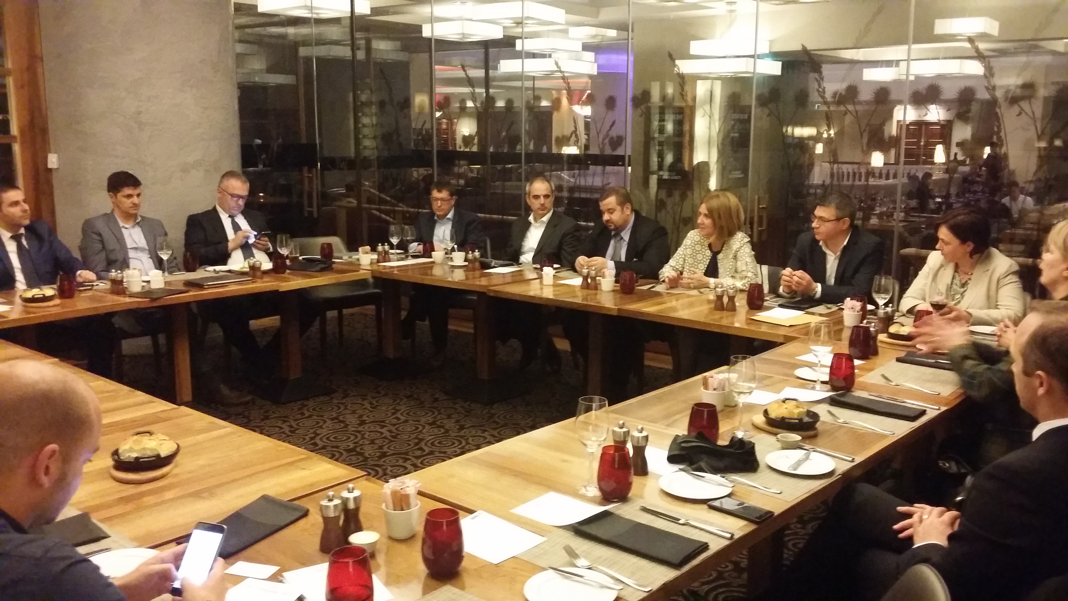 Membrii comunităţii Farma Marketing s-au întâlnit în dezbaterea lunară tradiţională