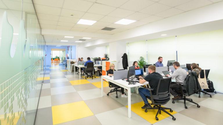 Peste o treime dintre angajaţi vor să lase în urmă programul de lucru standard 9:00 – 17:00
