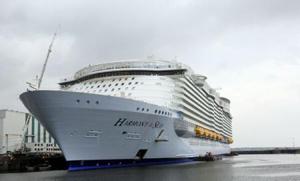 """Cel mai mare pachebot din lume, """"Harmony of the seas"""", a plecat din portul Saint-Nazaire"""