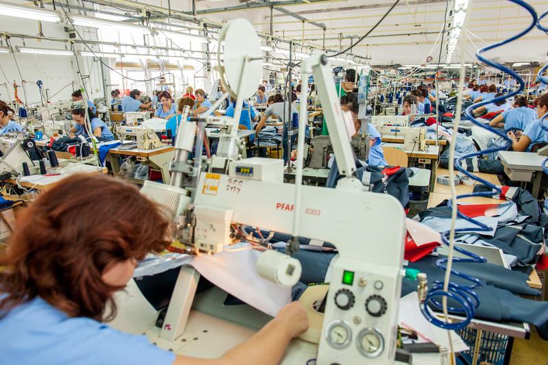 Compania românească Matei Conf Grup începe producţia de combinezoane medicale de unică folosinţă
