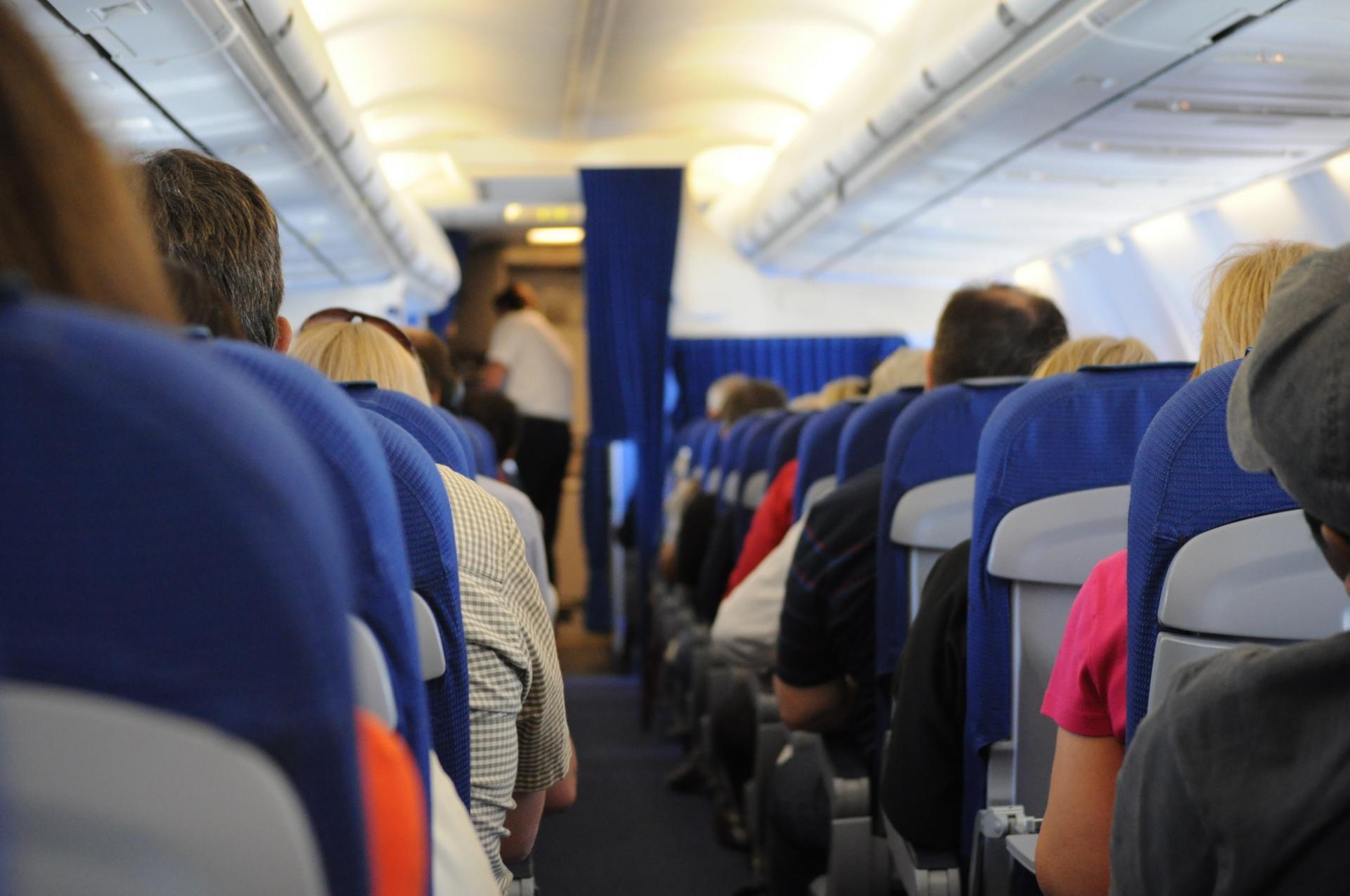 Preţul mediu al unui bilet de avion plătit de turiştii români s-a majorat cu 35 %, în această vară