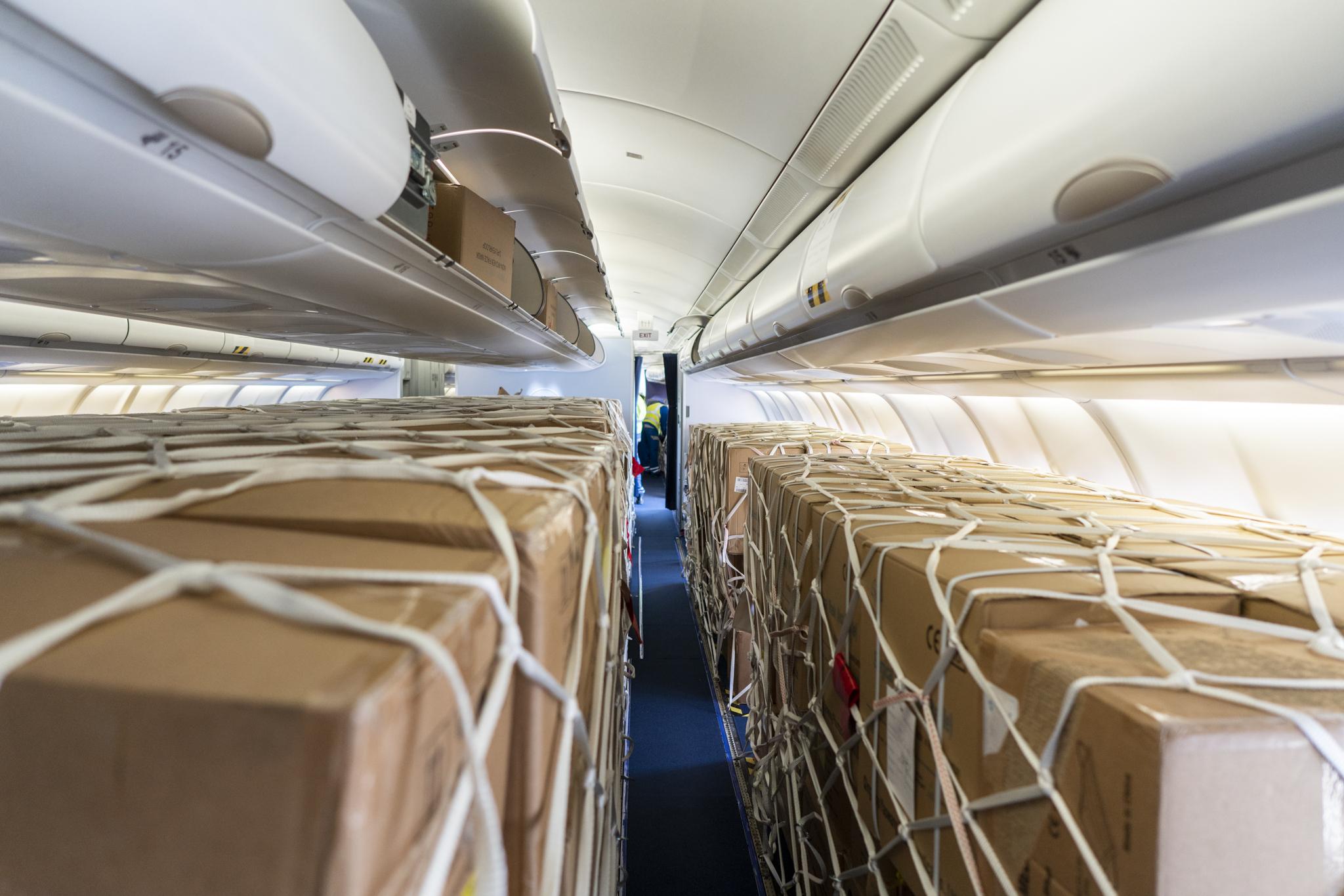 Noul trend în industria aeronautică: marile companii aeriene să grăbesc să îşi convertească avioanele de pasageri în avioane de marfă