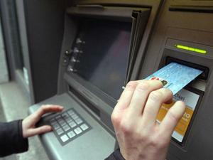 Nouă din zece români de la oraș au un card bancar și efectuează plăți de două ori pe săptămână