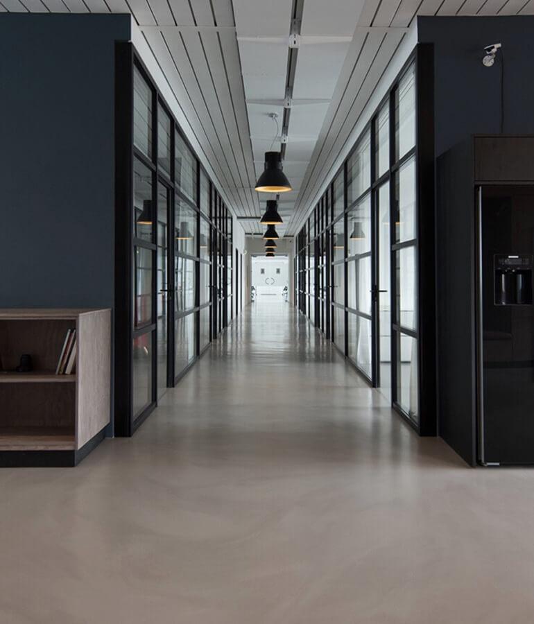 Reluarea lucrului în spaţiile de birouri vine cu schimbări esențiale în desfășurarea activităţii