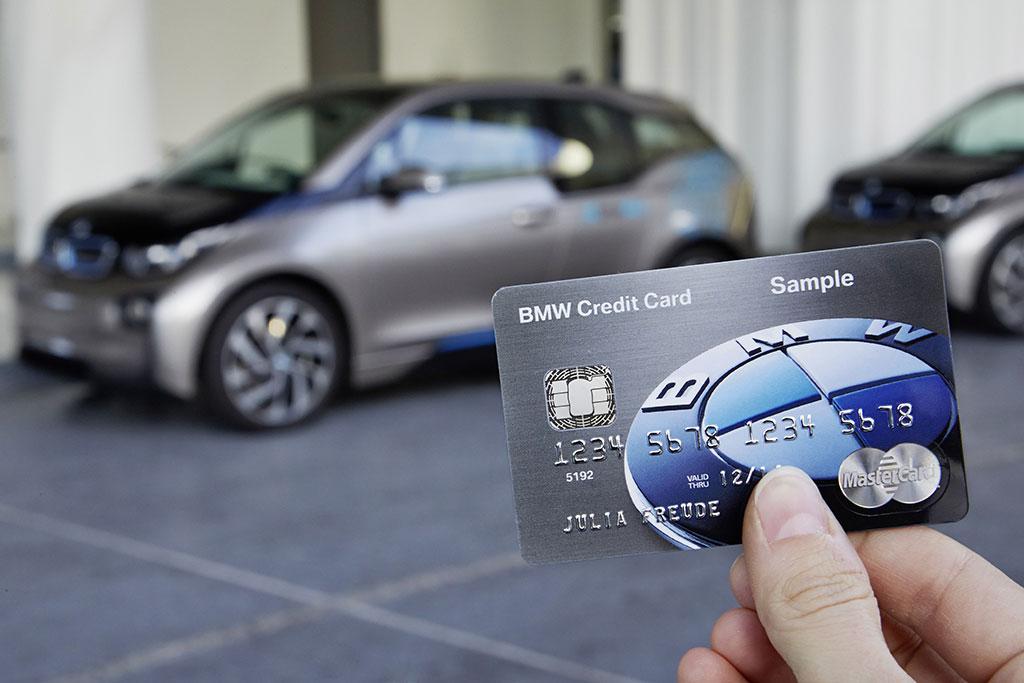 BMW prezintă primul card de credit care poate funcţiona ca o cheie de maşină