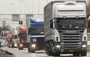 Transportatorii ameninţă cu noi proteste din cauza majorării tarifelor RCA