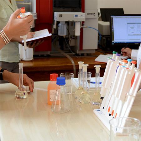Cercetătorii UPB au inventat un nou tip de dezinfectant eficient împotriva COVID-19
