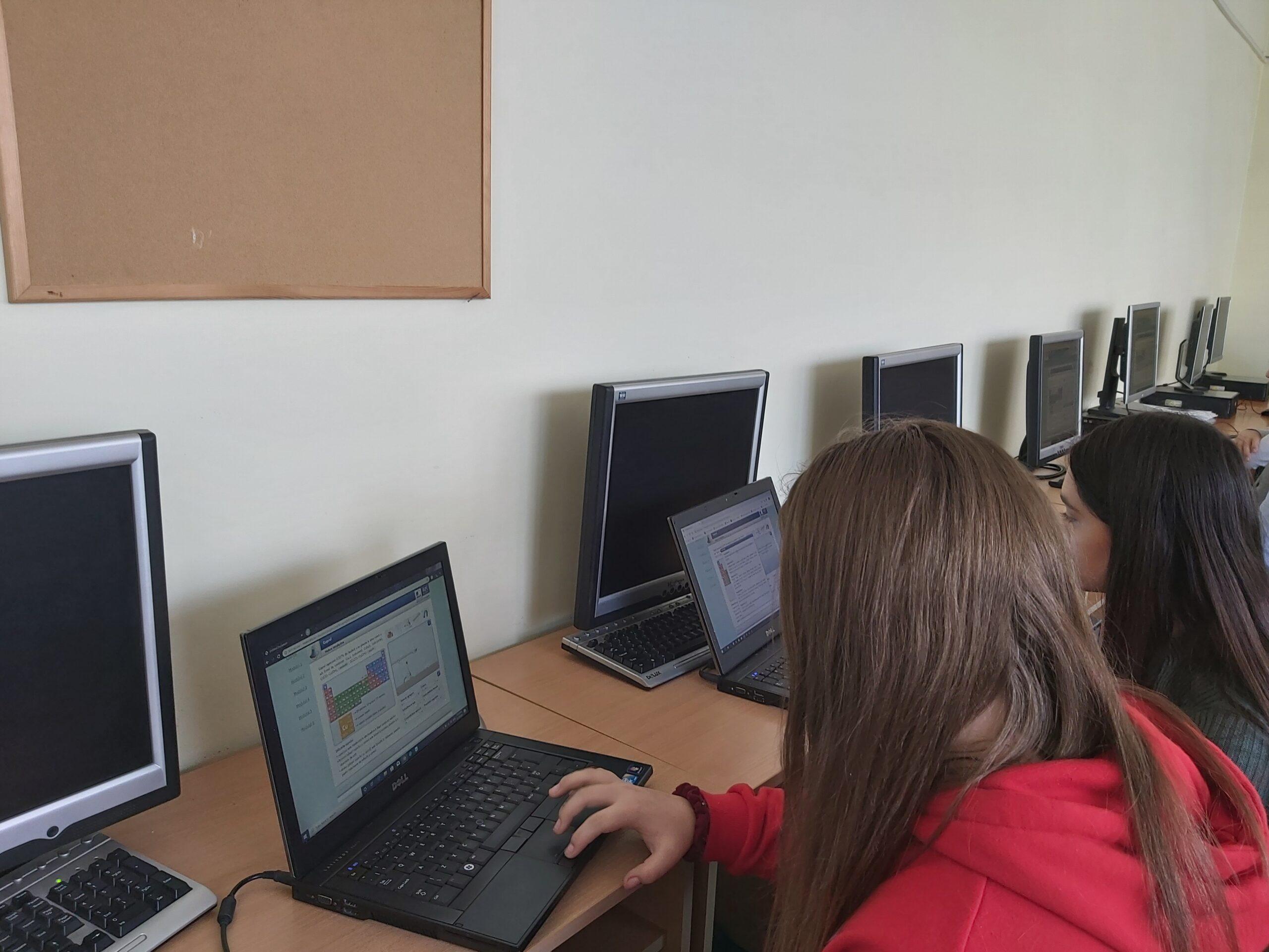 """Proiectul """"Intră în cercul solidarITății"""" dotează 14 instituții de învățământ cu echipamente IT"""