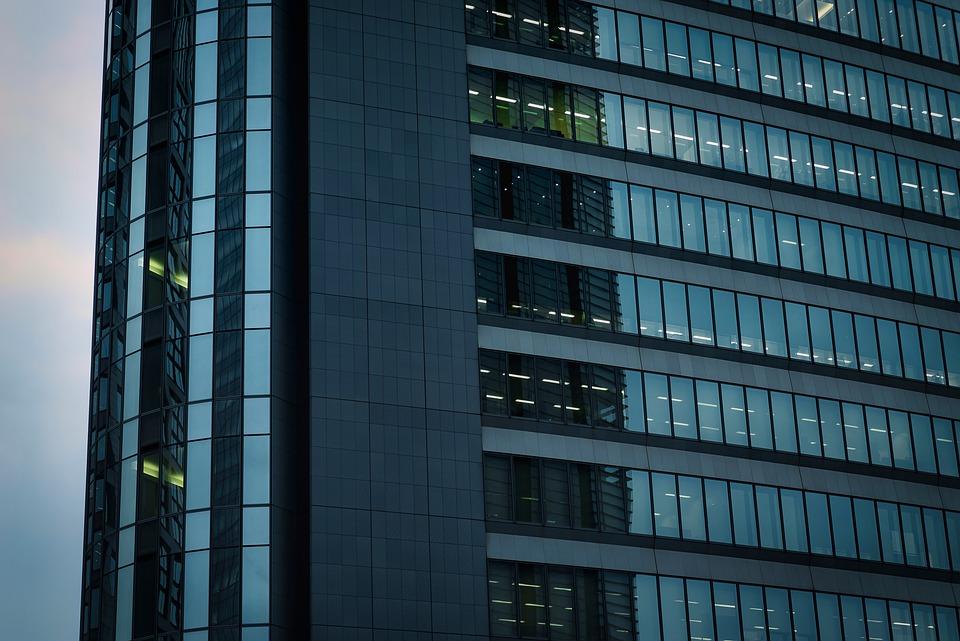 Investiţiile pe piaţa imobiliarelor s-au redus cu 50% în primul trimestru
