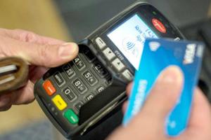 70% din totalul plăţilor realizate în România, la comercianţi, sunt efectuate cu carduri contactless