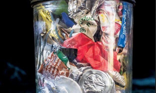 Legea anti-plastic: Mai bine pentru mediu, mai provocator pentru firme