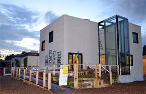 Românii au construit o casă care folosește doar energie regenerabilă și costă aproximativ 130.000 de euro