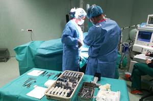 In Spitalul Medlife Ortopedie din Bucuresti  s-a facut recent  o operatie inedita de protezare a articulatiei interfalangiene cu implant din silicon,  o solutie implementata de Enlife Solutions in Romania