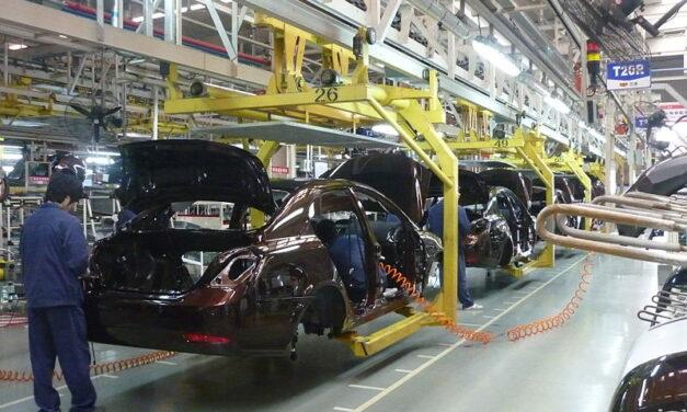 Marile companii auto reduc producţia din cauza deficitului de semiconductori