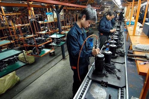 În aprilie, activitatea din industrie a încetat să crească şi a rămas la nivelul lunii martie 2015