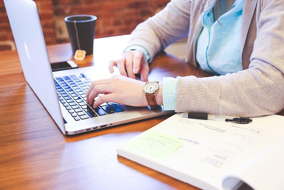 Munca de acasă fără laptop de serviciu – cum influențează protecția datelor cu caracter personal?