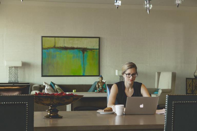 Peste 64% dintre angajaţi şi-ar dori să lucreze o parte din timp de acasă, după pandemie