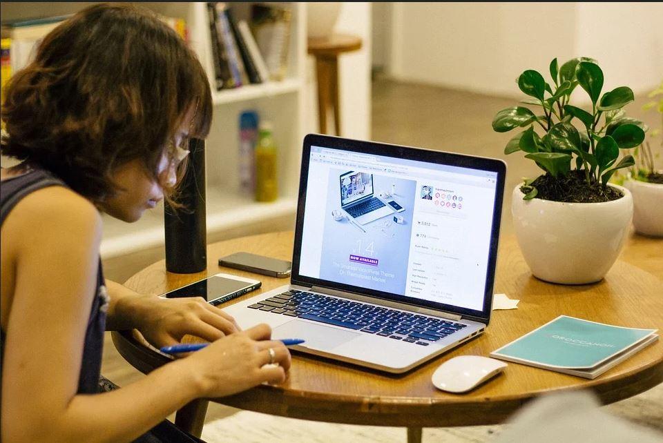 O treime dintre companii arată că productivitatea angajaţilor a crescut de la implementarea muncii de acasă