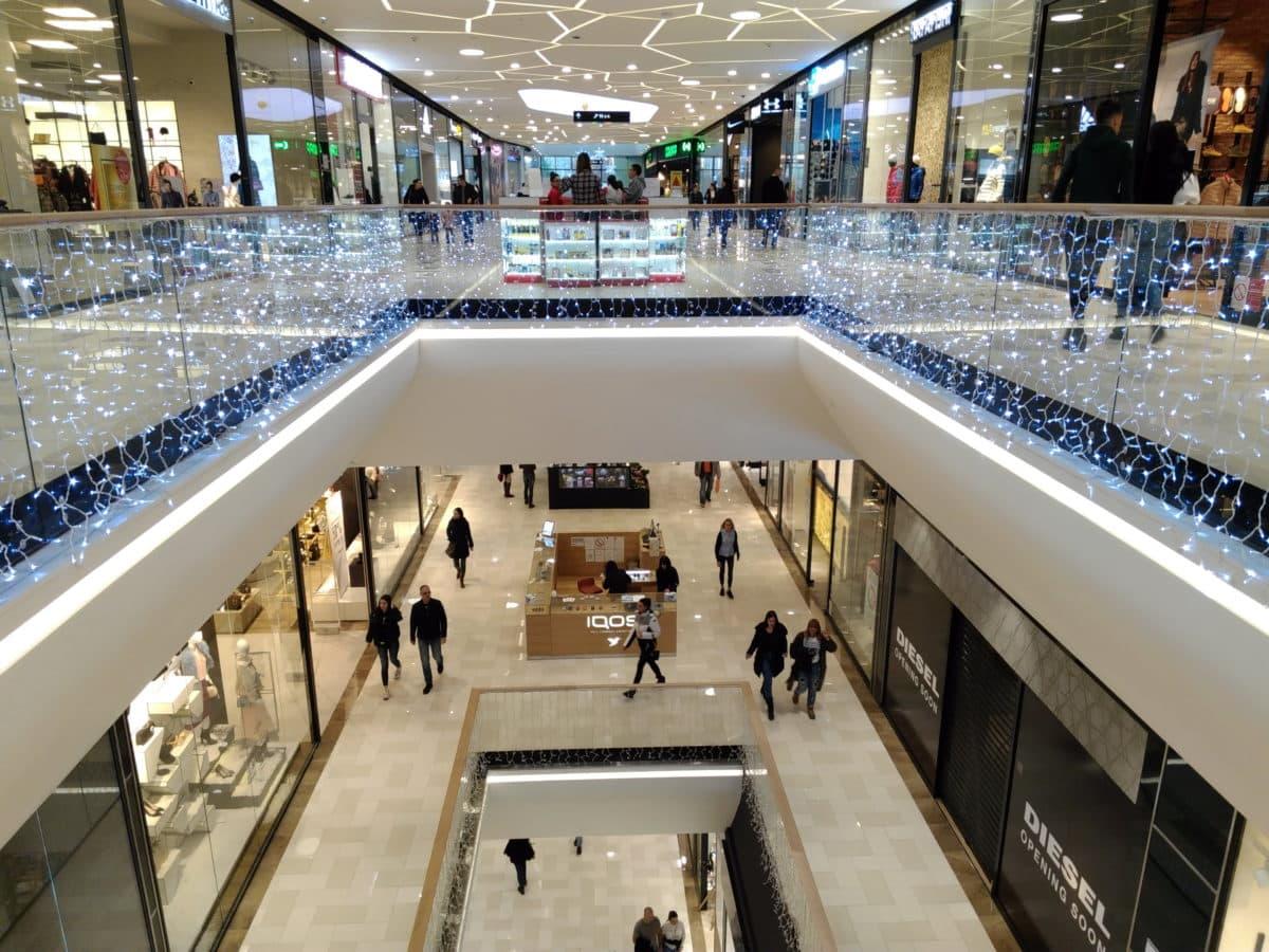 Impactul pandemiei asupra centrelor comerciale: 8.800 de magazine închise, 50.000 de angajaţi în şomaj tehnic, pierderi de sute de milioane de euro