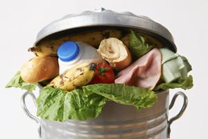 Un român aruncă anual de patru ori greutatea sa în alimente