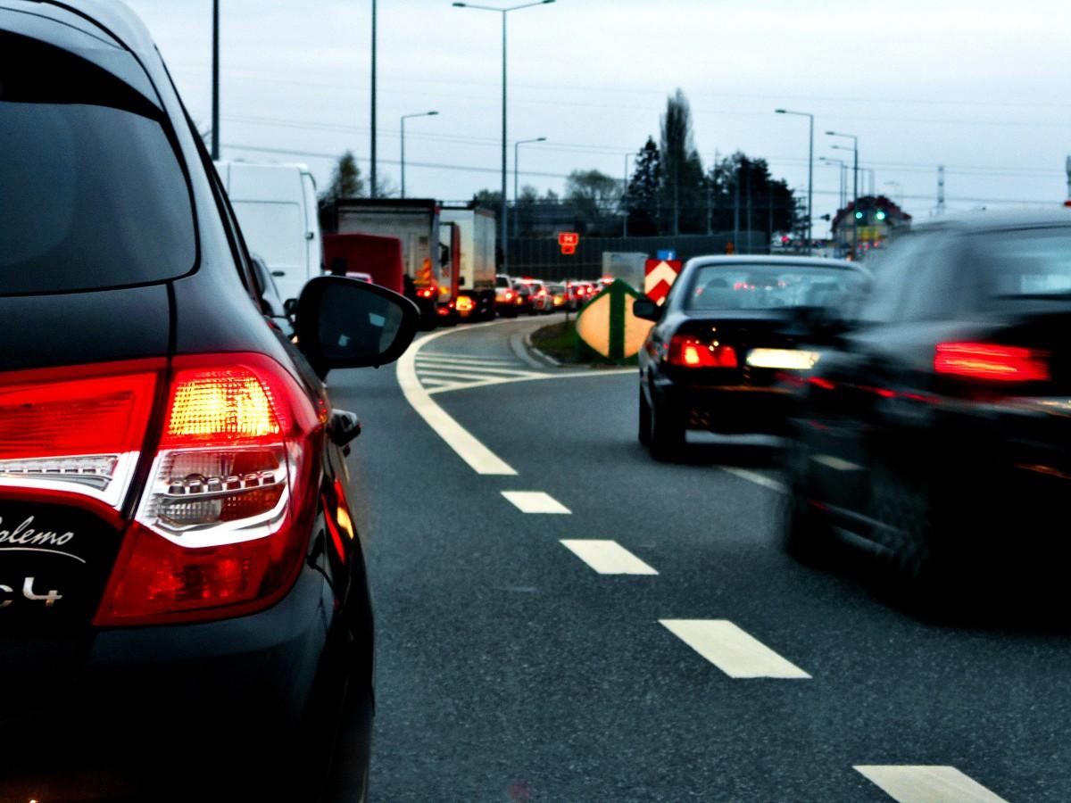 Nouă state membre UE cer stabilirea unei date pentru interzicerea vânzărilor de autoturisme pe benzină şi motorină