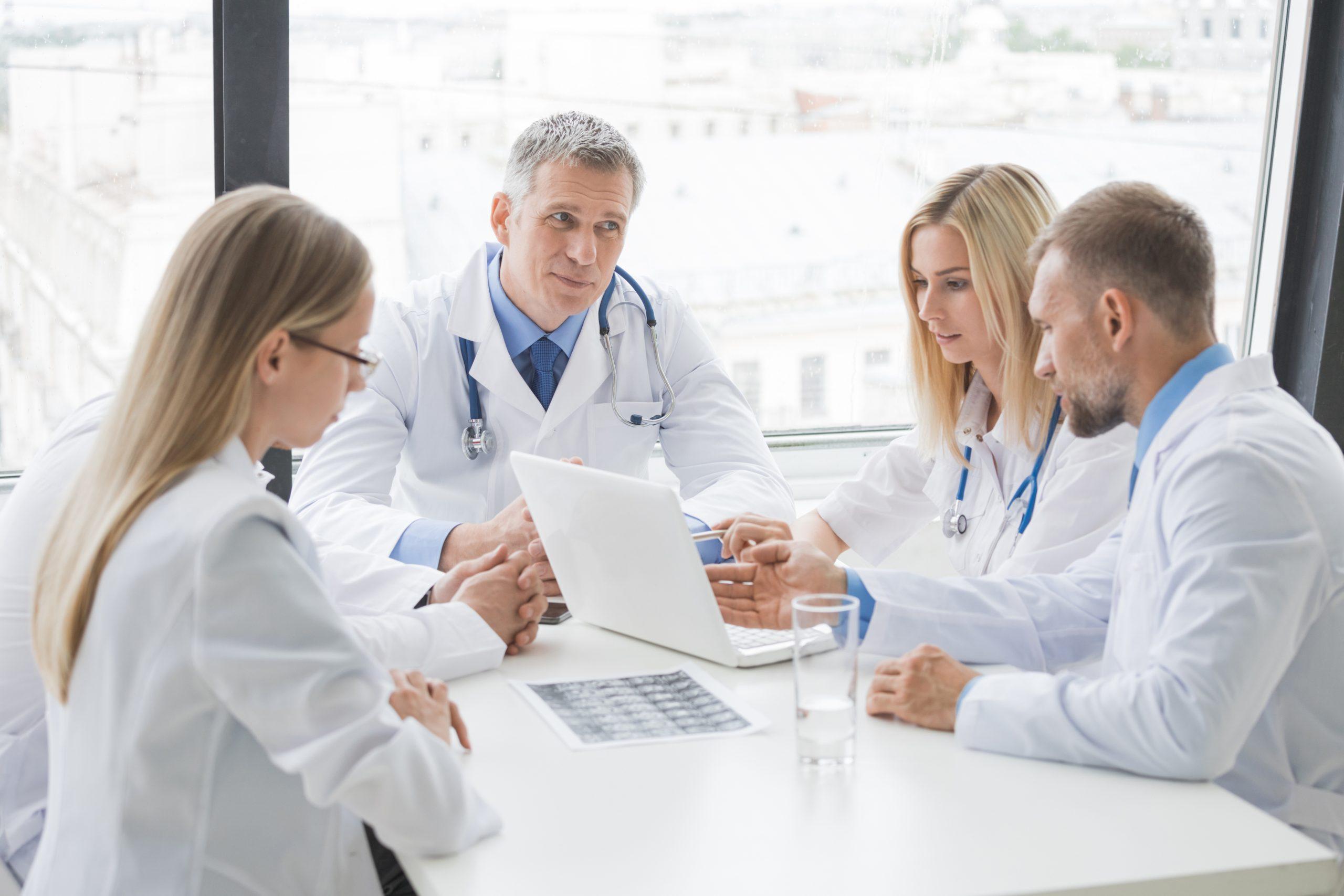 Peste jumătate din ofertele de muncă în străinătate postate în iunie pe eJobs caută specialişti medicali