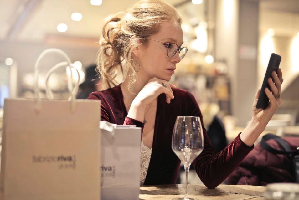 Până la sfârşitul acestui an, vânzările prin comerţul mobil ar putea să reprezinte peste 50% din totalul comerţului online