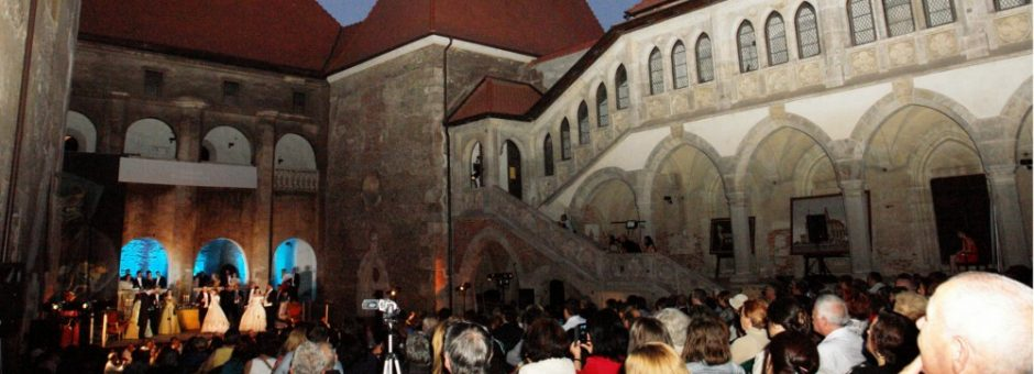 """Hunedoara: Festivalul """"Opera Nights"""" s-a deschis la Castelul Corvinilor cu casa închisă"""