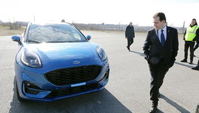 Premierul Ludovic Orban a fost impresionat de fabrica unde se produce prima maşină din România cu tehnologie hibridă integrată