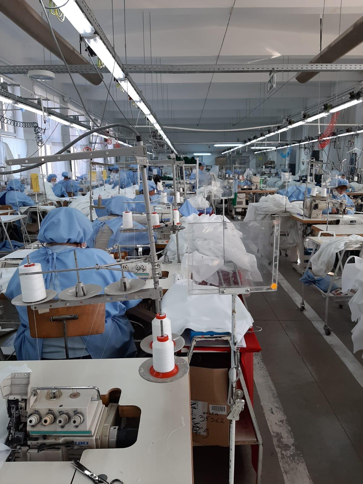 Fabrica de cămăși din Sighișoara s-a reprofilat în doar două săptămâni pentru a produce articole medicale
