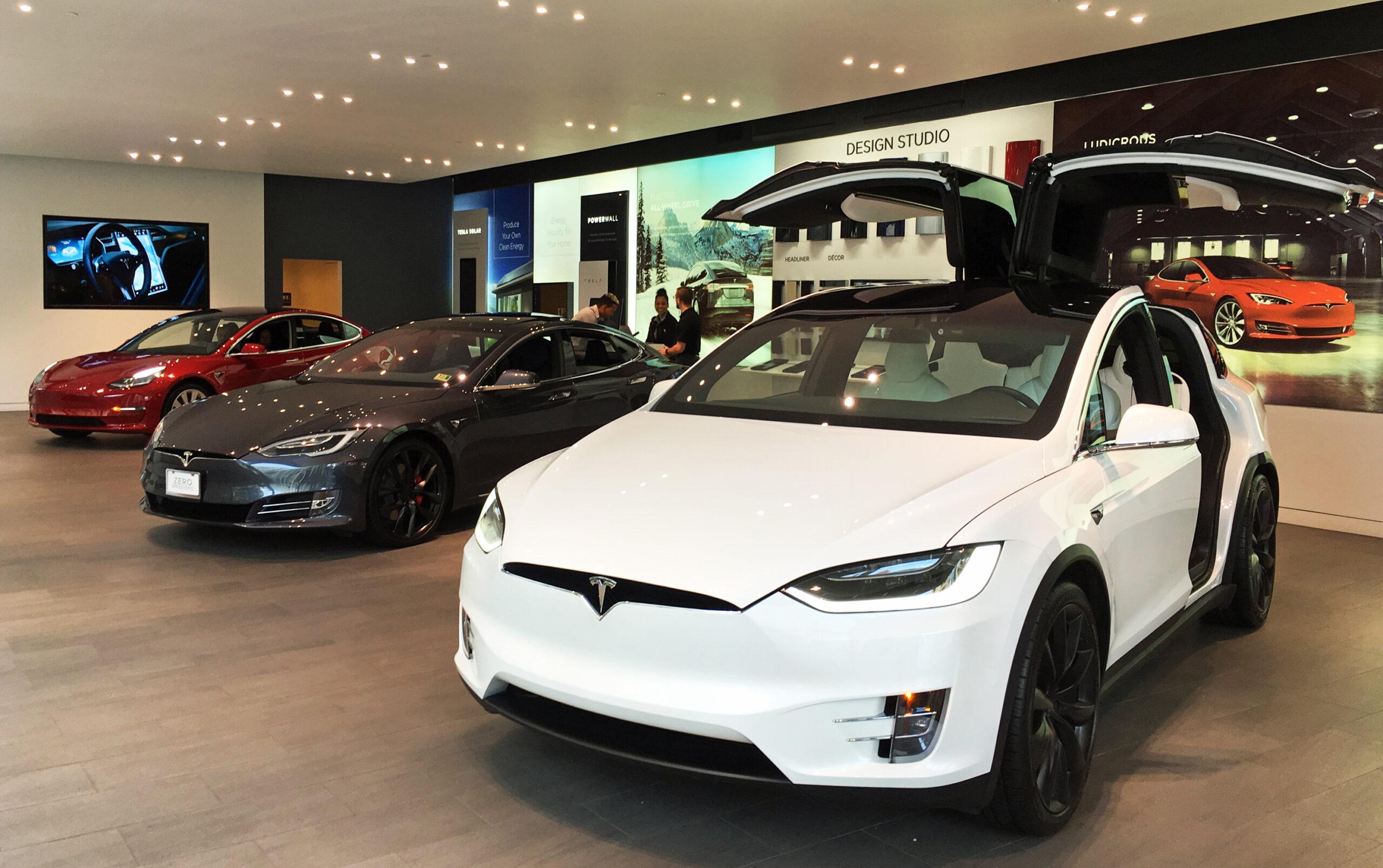 Primul automobil Tesla ar  putea ieşi pe poarta uzinei din Berlin în luna octombrie